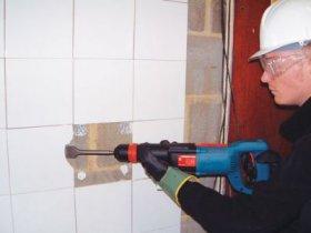 Демонтаж старой плитки и подготовка поверхности перед укладкой нового кафел ...