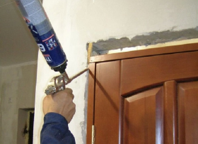 Как использовать монтажную пену при установке двери?
