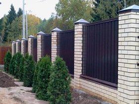 Забор из профнастила – хорошее решение для ограждения своего участка